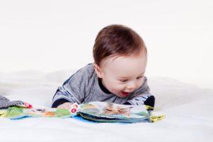 איך תעזרי לתינוק שלך להתהפך? באמצעות תרגילי התהפכות לתינוק.