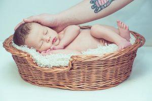 תינוק ישן בעריסת קש
