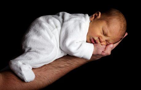 בחירת שם לתינוק לפי היהדות / מאת: הרב זמיר כהן.